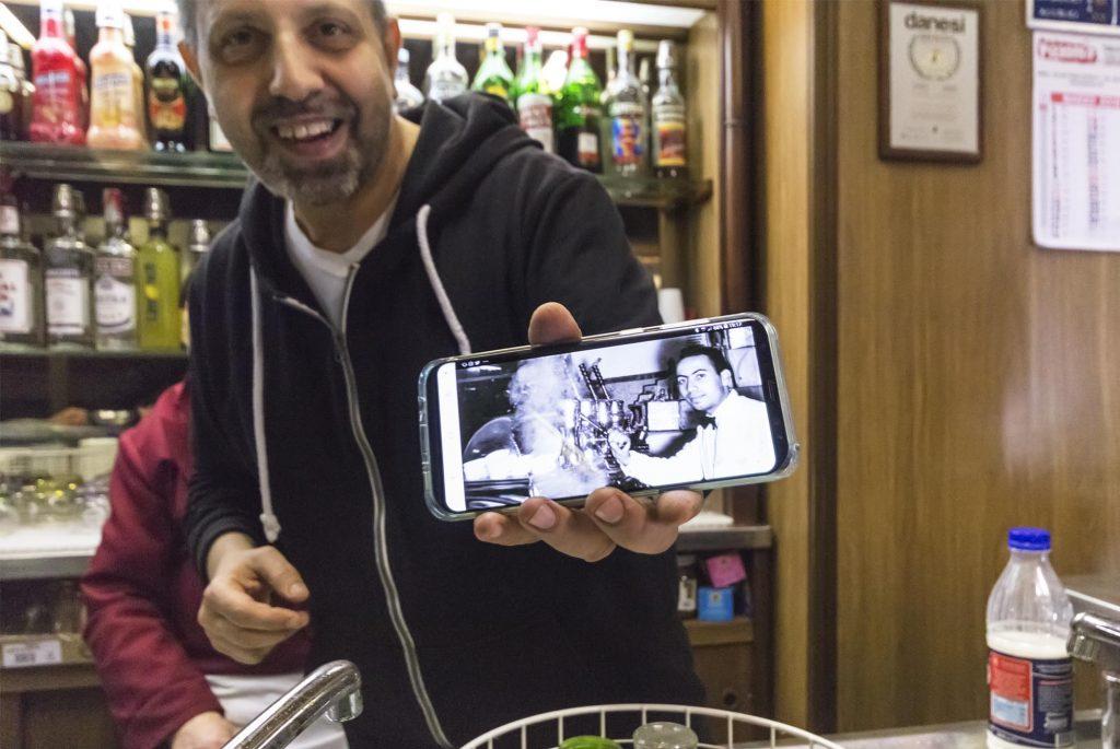 Salvatore mostra foto antica dal cellulare